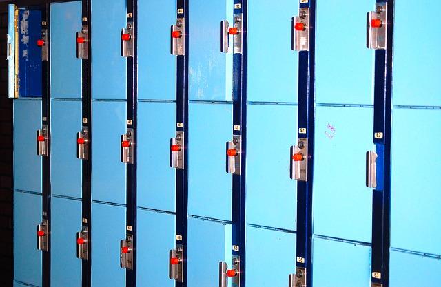 modré plechové skřínky