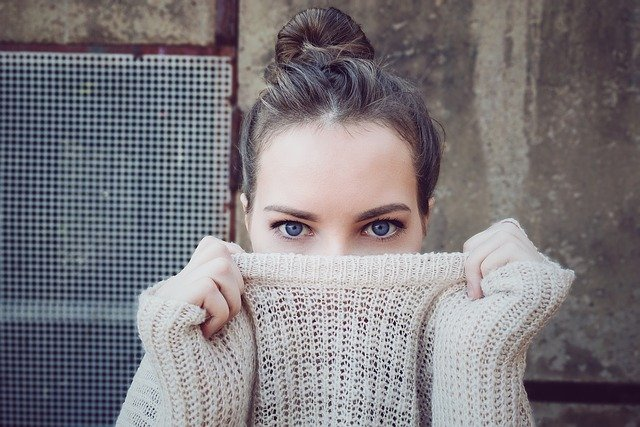 schovaná za svetrem