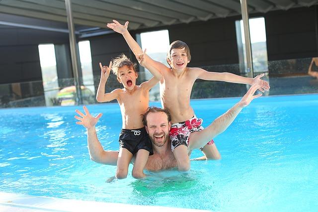 táta a kluci v bazénu.jpg