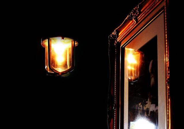 lampa před obrazem.jpg