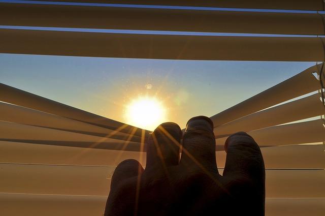 slunce mezi žaluziemi