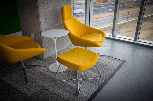 žluté židle
