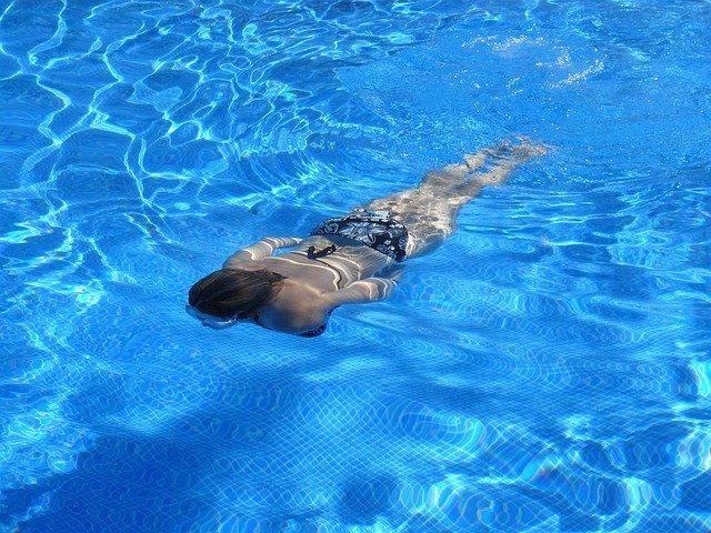žena v bazénu.jpg