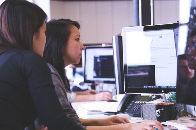 dvě ženy, práce s počítačem.jpg