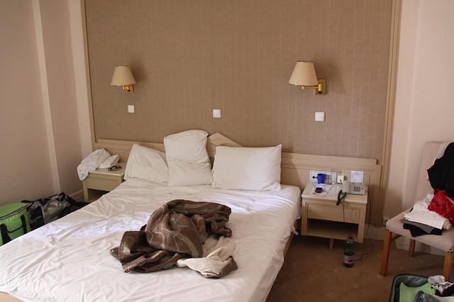 neustlaný hotelový pokoj